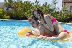 Deux adolescents nageant dans la piscine Image libre de droits