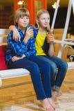 Deux adolescents ou enfants heureux - jus potable de garçon et de fille en café Photos stock
