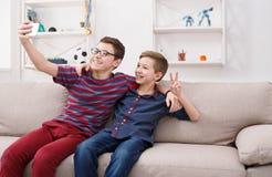 Deux adolescents prenant le selfie à la maison, amitié Photos libres de droits