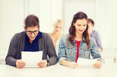 Deux adolescents regardant des résultats d'essai ou d'examen Photos libres de droits