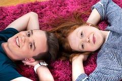 Deux adolescents se trouvant sur le tapis Photo stock