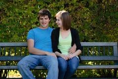 Deux adolescents sur un banc Photo libre de droits