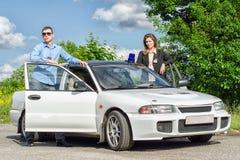 Deux agents du FBI près de la voiture photos stock