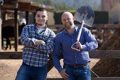 Deux agriculteurs masculins à la basse cour Photos stock