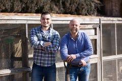 Deux agriculteurs masculins à la basse cour Photographie stock libre de droits