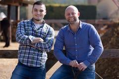 Deux agriculteurs masculins à la basse cour Photo libre de droits