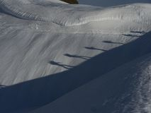Deux alpinistes marchant sur la neige Photos stock