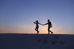 Deux amants de coeur, de type et de filles ont l'amusement et le Th courant Photos stock