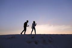 Deux amants de coeur, de type et de filles ont l'amusement et le Th courant Images libres de droits