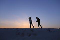 Deux amants de coeur, de type et de filles ont l'amusement et le Th courant Images stock