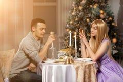 Deux amants sur un dîner romantique par lueur d'une bougie Homme et femme à Photographie stock libre de droits