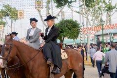Deux Amazone portant les uniformes andalous traditionnels à la foire d'avril de Séville Photos stock