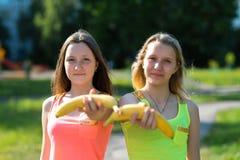 Deux amie Été en nature Heureux prolonge une main dans les mains de la banane Style de vie sain Nutrition appropriée de Photo libre de droits