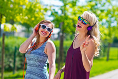 Deux amie ayant l'amusement Image stock