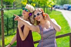 Deux amie ayant l'amusement Photo stock
