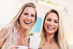 Deux amie causant et buvant du café à la maison Images libres de droits