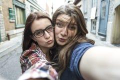 Deux amie dans la ville prenant le selfie Photographie stock libre de droits
