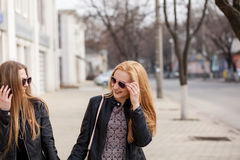 Deux amie de hippie traînant dans la ville Photographie stock