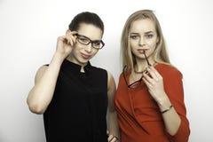 Deux amie de sourire - blonds et brunette Image stock