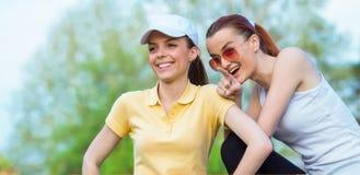 Deux amie de sourire en eau potable d'habillement de sports Photographie stock libre de droits