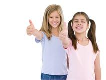Deux amie donnant des pouces souriant vers le haut Photographie stock libre de droits