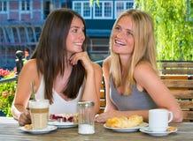 Deux amie en café extérieur Image stock