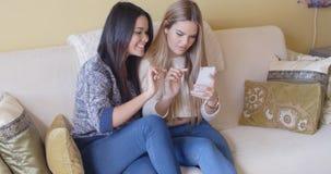 Deux amie envoyant un message textuel Image stock
