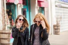 Deux amie magnifiques traînant dans la ville Photo stock