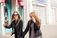 Deux amie magnifiques traînant dans la ville Images stock