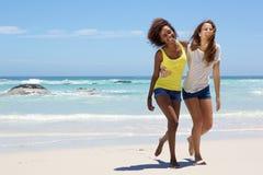 Deux amie marchant sur la plage Image stock