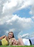Deux amie s'étendant dans l'herbe Photo libre de droits