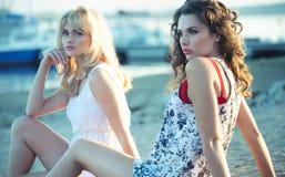 Deux amie se couchant à la plage Photos libres de droits