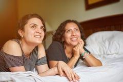 Deux amie sur le lit Images stock