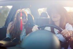Deux amie sur un voyage par la route en la voiture Photo stock
