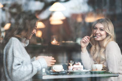 Deux amie trinking le café dans le café Image libre de droits