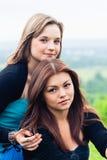 Deux amies à l'extérieur Photo libre de droits