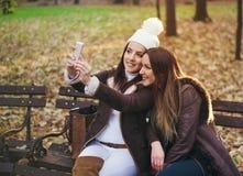 Deux amies à la mode attirantes prenant un selfie Image libre de droits