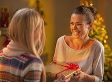 Deux amies échangeant des cadeaux de Noël Photos stock