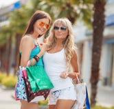 Deux amies - achats à la station de vacances Photographie stock