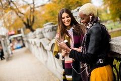 Deux amies assez multiraciales de jeunes au jour d'automne Images libres de droits