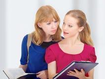 Deux amies attirantes, étudiants universitaires Images stock