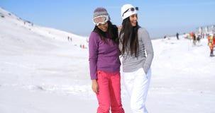 Deux amies attirantes de femmes à une station de sports d'hiver Photos stock