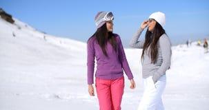 Deux amies attirantes de femmes à une station de sports d'hiver Photographie stock