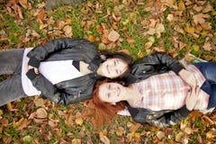Deux amies au stationnement d'automne. Image stock