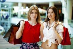 Deux amies avec des paniers Photographie stock libre de droits