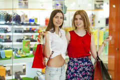 Deux amies avec des paniers Photo libre de droits