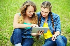 Deux amies avec la tablette Photos libres de droits