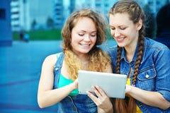 Deux amies avec la tablette Images stock