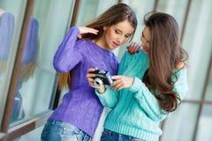 Deux amies avec un rétro appareil-photo dans la ville Photo libre de droits