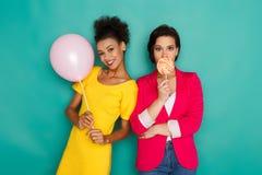 Deux amies ayant l'amusement au fond de studio d'azur Photos libres de droits